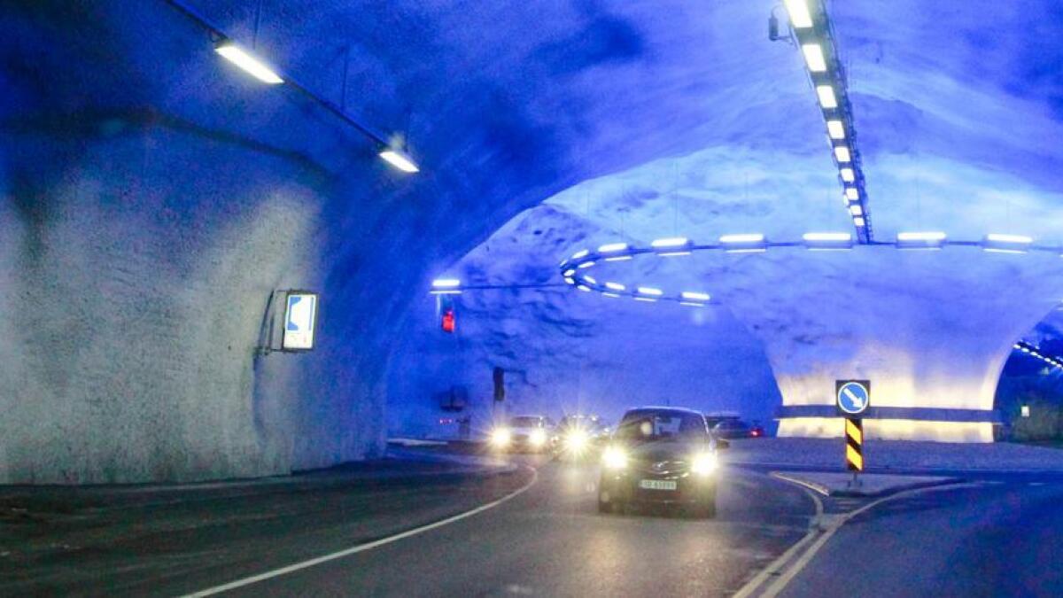 Vallaviktunnelen er open for trafikk etter opprydding etter eit mindre ras.