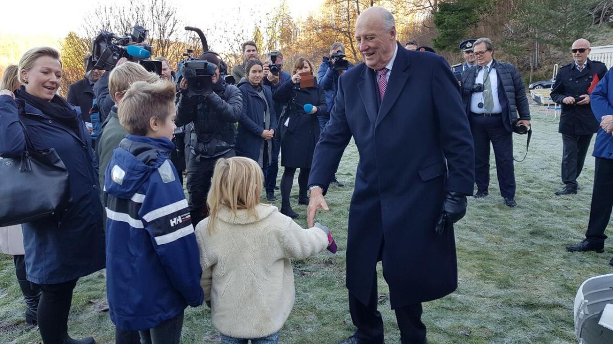 Hans Majestet Kong Harald hilser på flomofre på Tjomsland mandag formiddag.