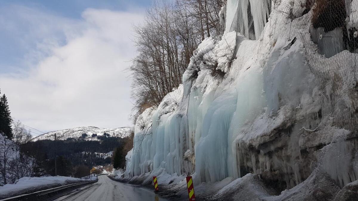Eit isras stengde delvis vegen mellom Vinje og Oppheim torsdag. Her er vegen rydda av entreprenøren.