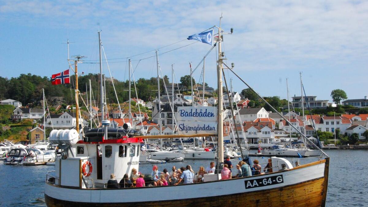 Matros Sindre Korsvik forteller at de kjørte full båt så å si hele sommeren i fjor og at folk sto i kø på kaia for å få være med.