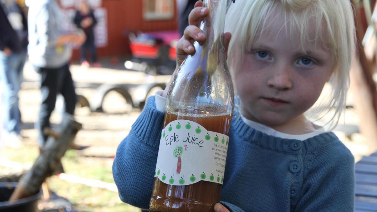 Oda Andrea Jensen Volden har laget etiketten på flaska.
