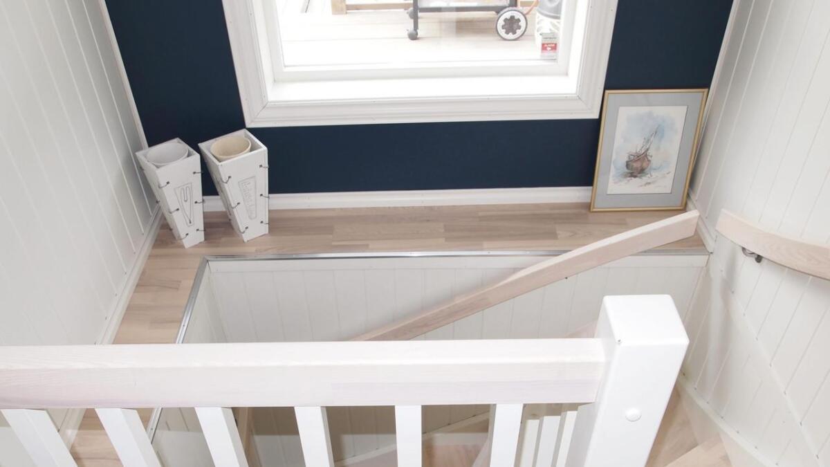 Med ny trapp til kjelleren knyttes huset mer sammen. Veggen i trappa får Karine endre så ofte hun vil.