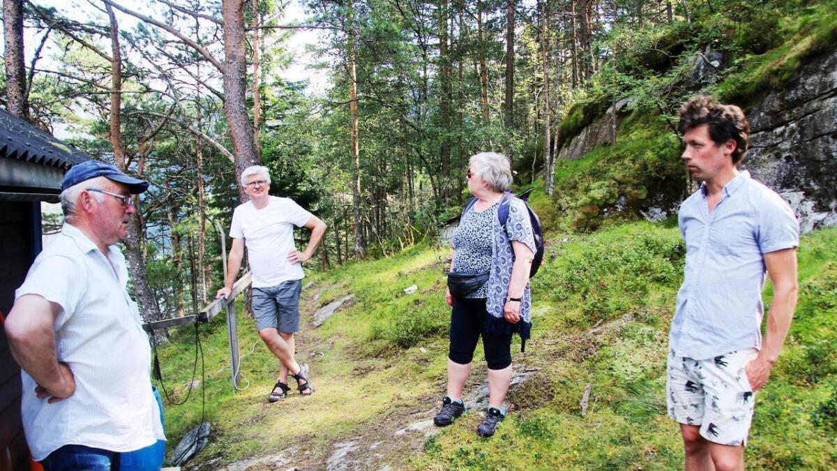 Folket lyttar når tidlegare laksefiskar Arild Steinsland (t.v.) fortel. Frå høgre Eirik Straume Normann, Torunn Sand og Frank Henriksen.