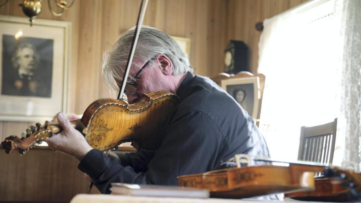 Knut Hamre spelte slåttar frå Granvin i Sævelid.