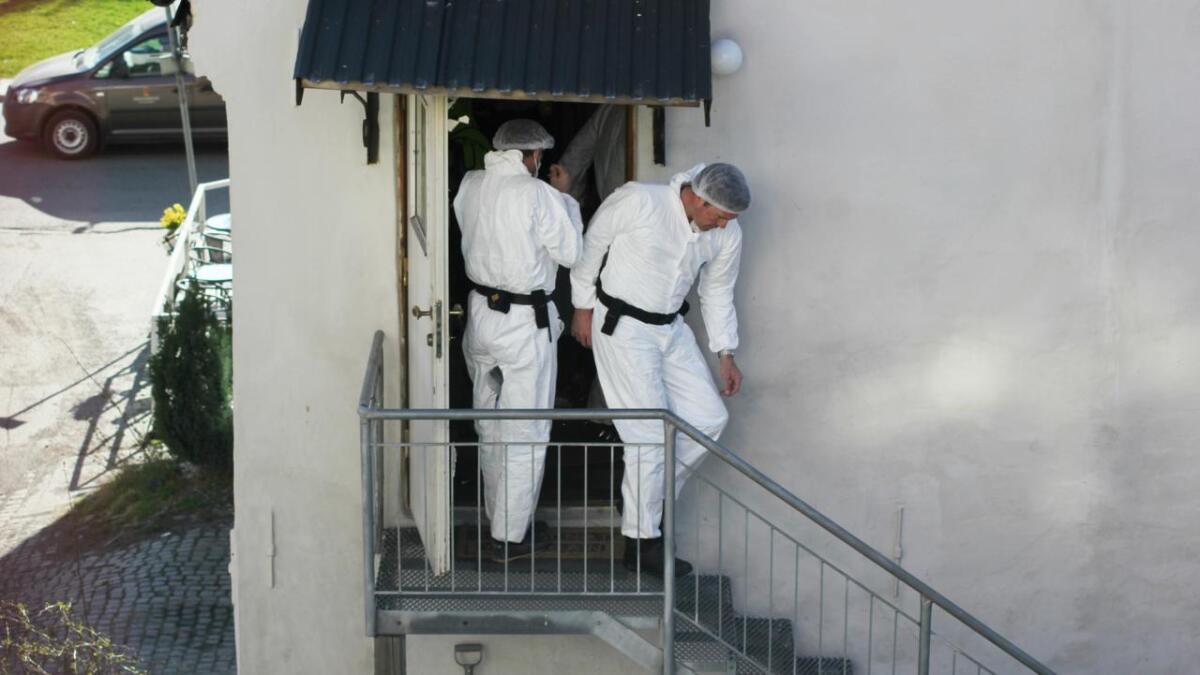 Krimteknikere gjorde undersøkelser i leiligheten til den siktede kvinnen.