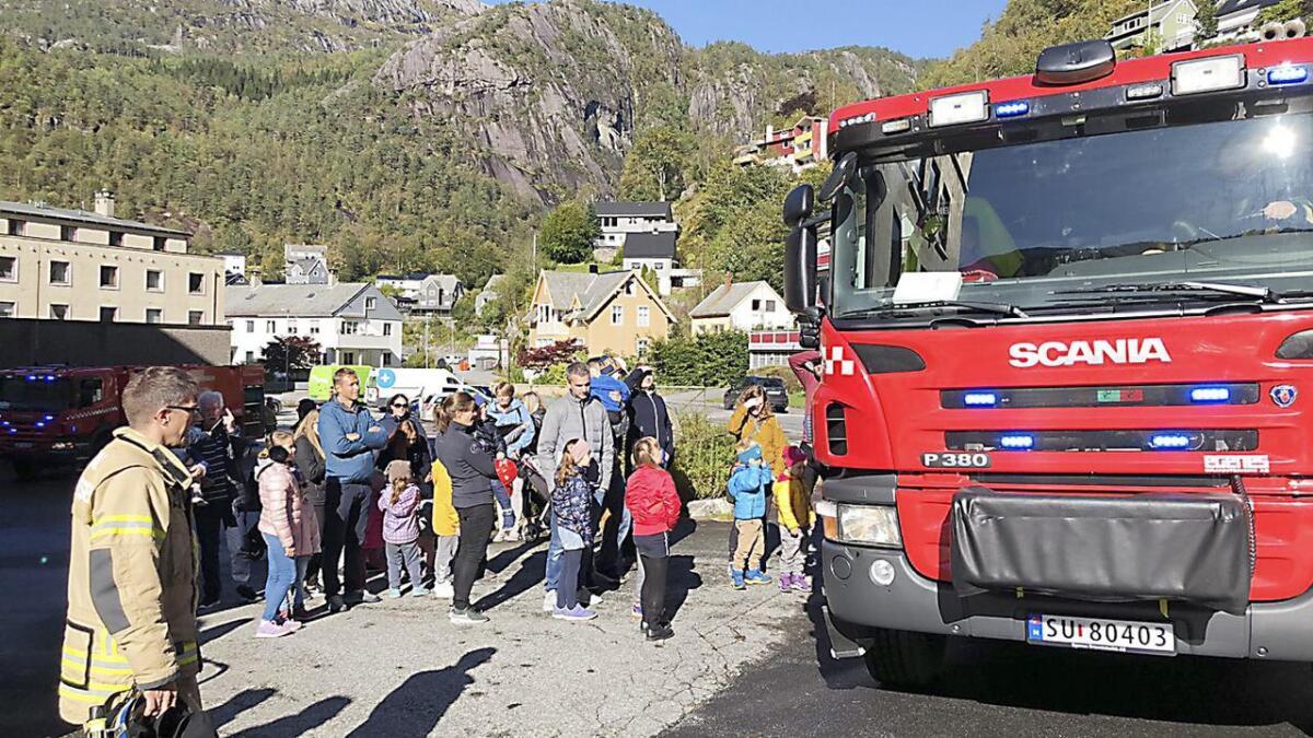 Mange born og småbarnsforeldre syntes det var stas då dei minste fekk ein prøvetur med brannbilen.