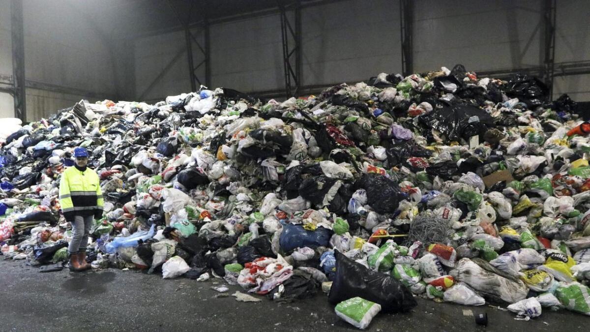 Det kjem inn mange tusen tonn med matavfall ved IHM. Ellen Astrup er liten i forhold til haugen med avfall.