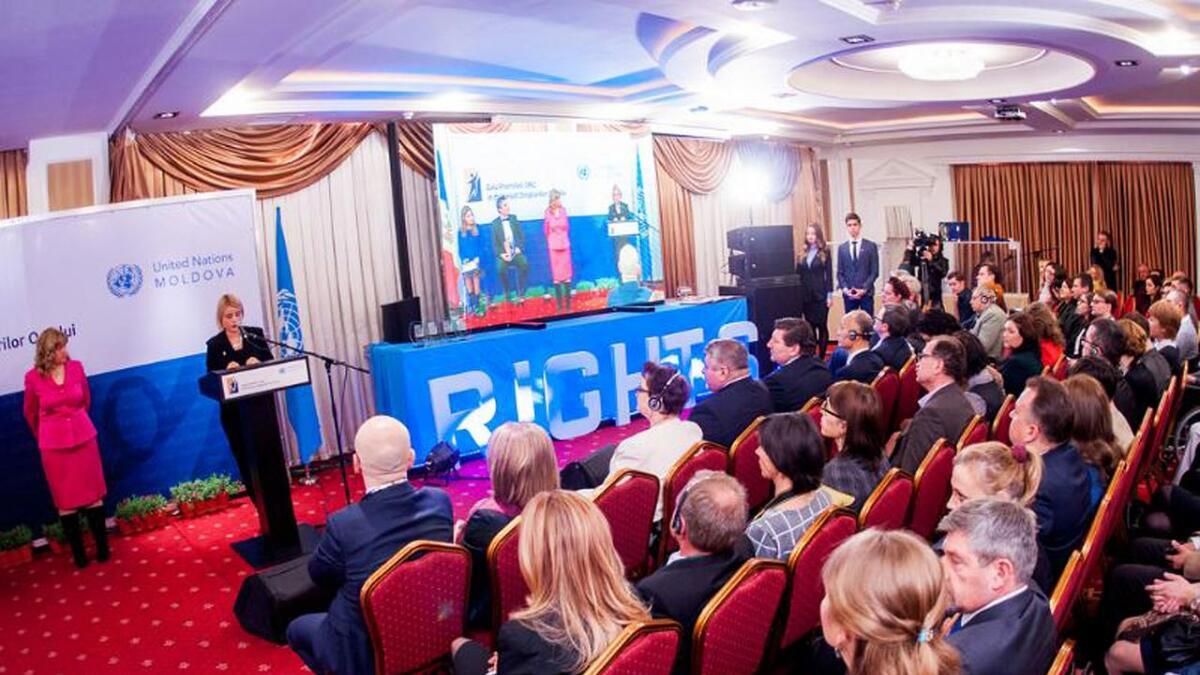 Overrekkinga vart vist direkte på TV i Moldova.