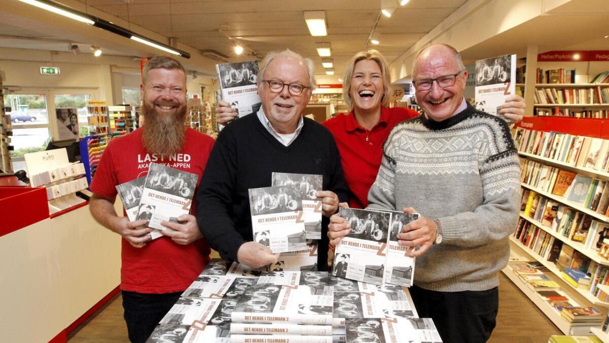 Halvor Ulvenes (f.h.), Heidi Kjellsen Bærland, Halvor Kleppen og Halvor Heldal gler seg over boka og ser fram til laurdagen.