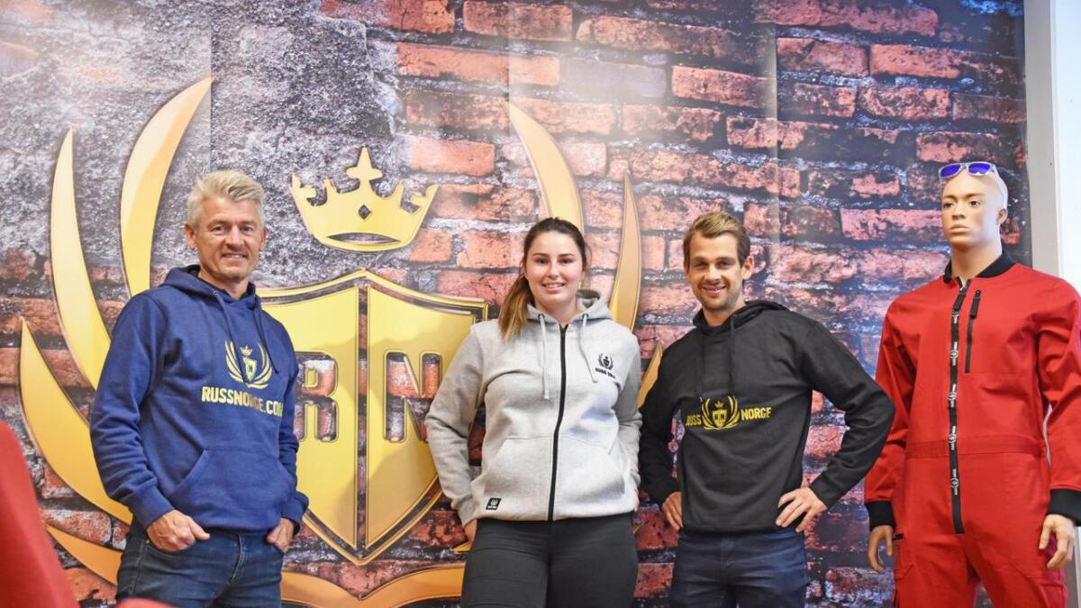 Tore Gustav Drivenes, Frida Neverdal og Joakim Hanssen i Scan Trade håper de kan gjøre det godt i russetøy-markedet.