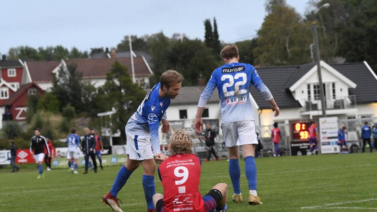 Express-kaptein Olav Hovstad rett etter at 0-1-tapet mot serietoer Søgne var et faktum på Fevik stadion.