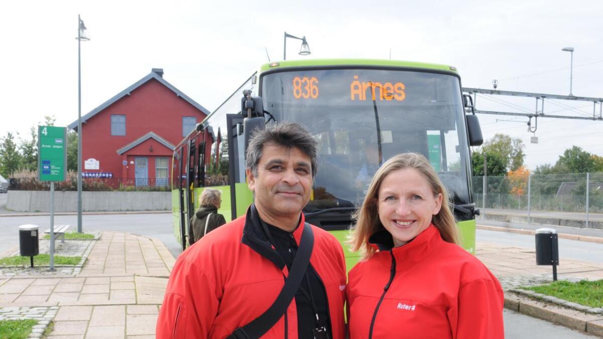 Ruteplanlegger Shahzad Shah og kommunikasjonssjef Gro Feldberg Janborg i Ruter er glad for å styrke busstilbudet i Nes.