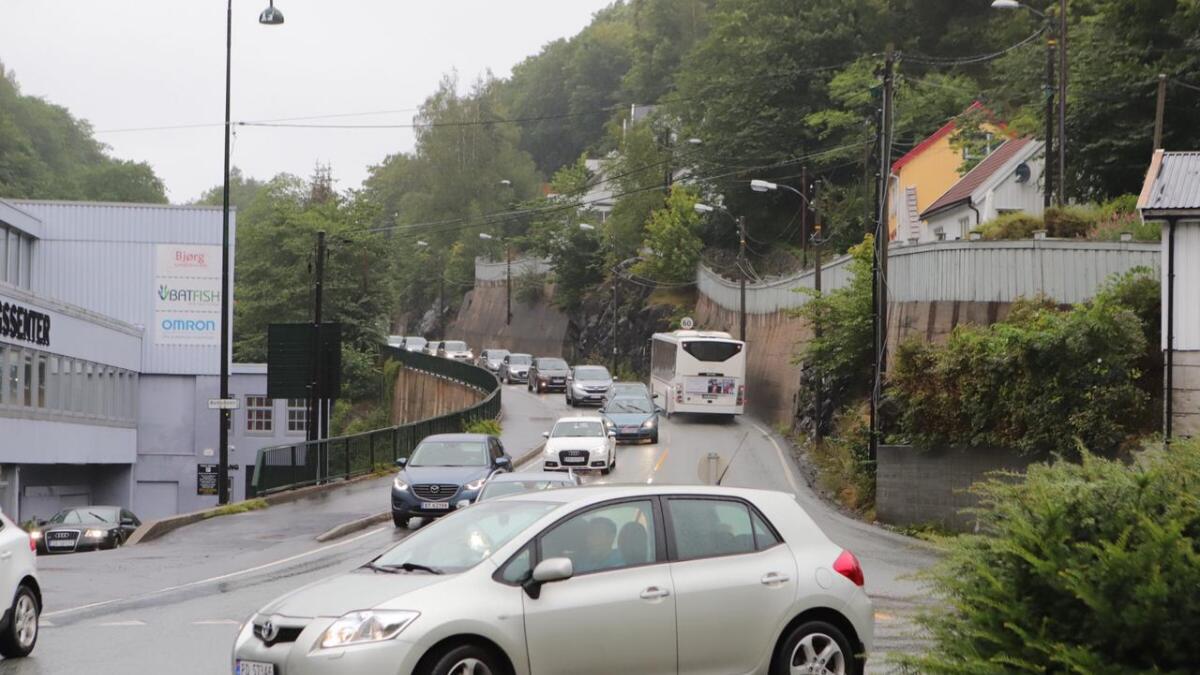 Det er lange køer og saktegående trafikk flere steder i Arendal mandag ettermiddag. Ved togstasjonen skapte et motorhavari lange køer ved 16.30-tiden.