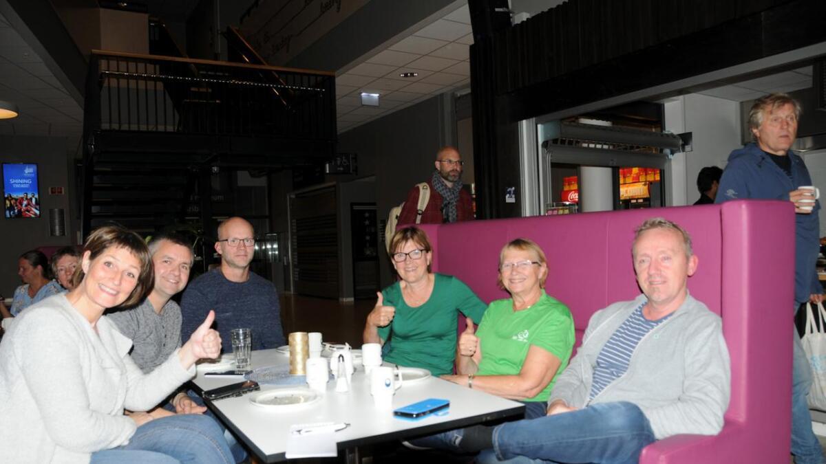 Kari Anne Hansen, Øyvind Lehn, Daniel Lagesen, Berit Tunstad, Inger Grethe Hansen og Roar Nordahl i Senterpartiet er godt fornøyd med de foreløpige resultatene.