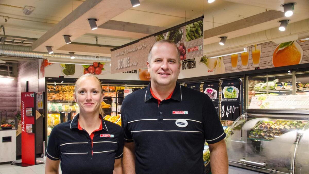 Butikksjef Merete Tjomsland og Ronald Johansson driver Spar Supermarked på Oddensenteret. De opplever at folk er panter mye, og særlig om sommeren. Arkivbilde