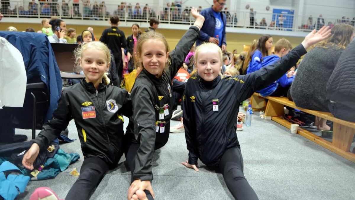 Julie, Benedikte og Johanna fra Kabelvåg Turn tøyer ut før de skal ha oppvisning.