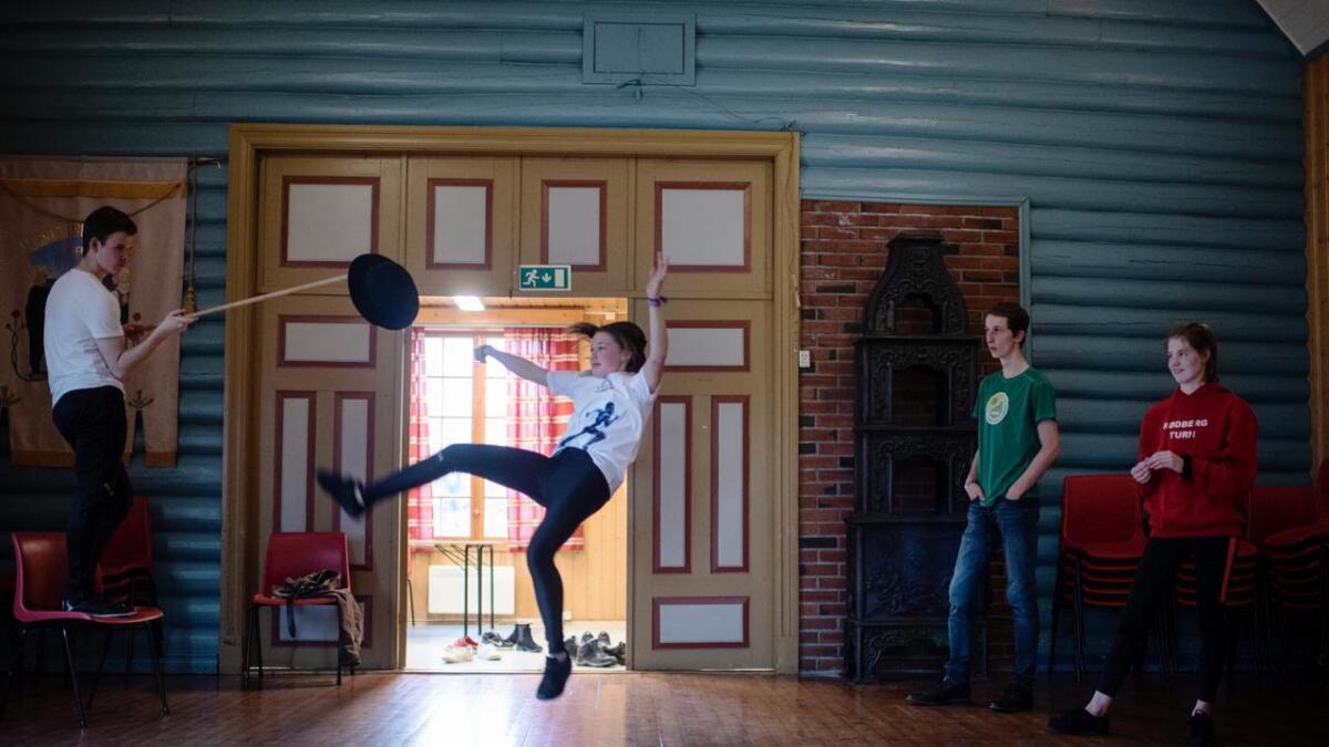Åsne Hjertaas Sporan (14) frå Numedal har dansa folkedans i fem år.