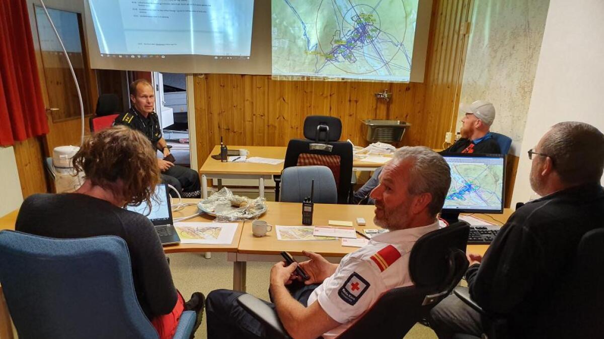 Røde Kors sin sentral i morgontimane fredag. Dei hadde 12 personar med i søket i løpet av natta. Her sit Linn Frøydis Finnerud, Terje Hanserud, Nils Gudbrandsplass, Odd Inge Blakkestad og innsatsleiar Arne Koppergård.