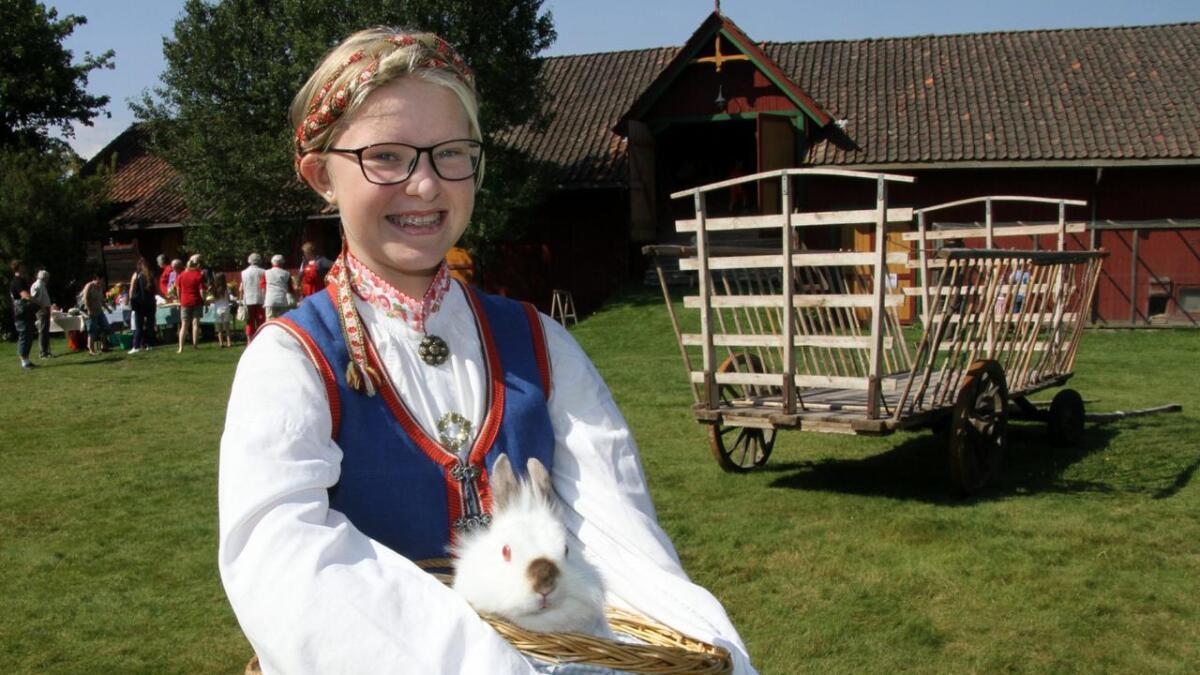 Hanna Versto Roheim er budeie på Evju. Her er hun ute ned kaninen Luna som er utlånt for sommeren fra sitt hjem på Gvarv.