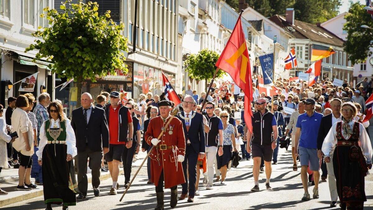Tirsdag kveld var det åpningsseremoni og parade gjennom Risørs gater.