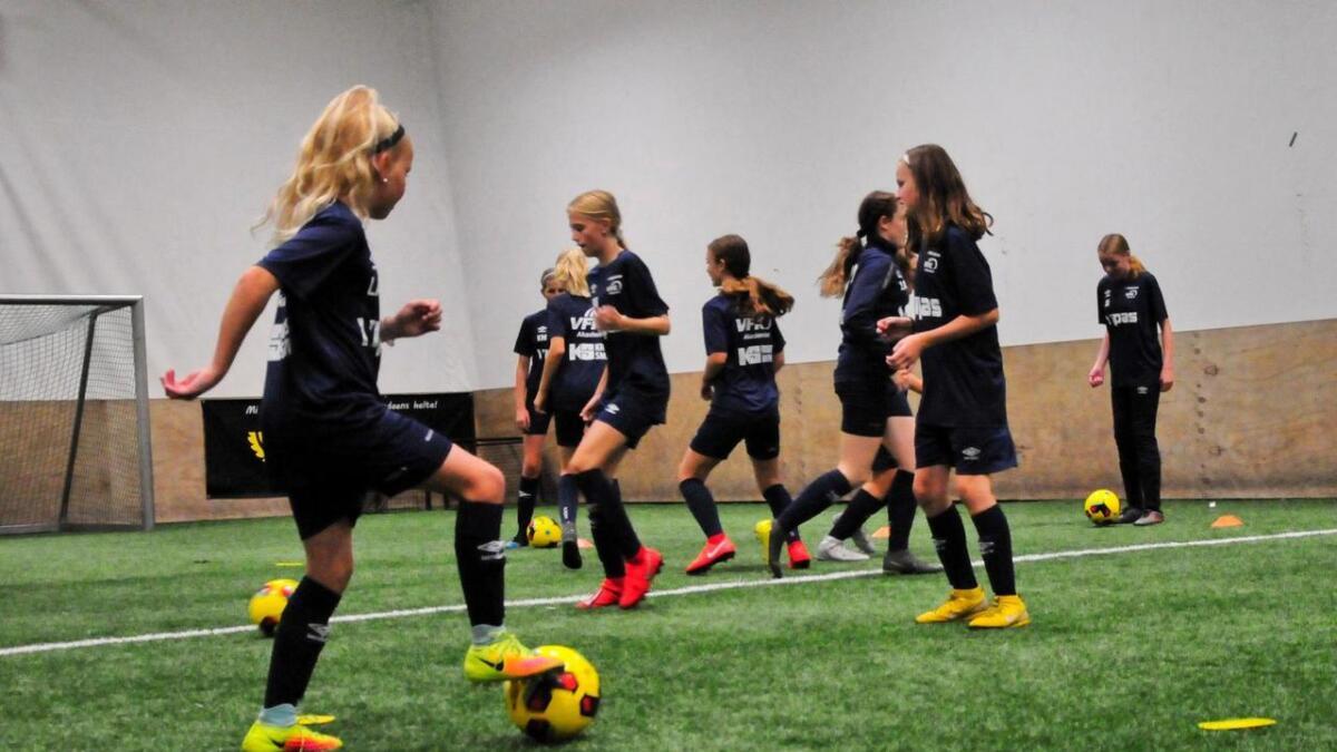 Det trenes på flere ferdigheter, som å med presisjon mellom spillerne.
