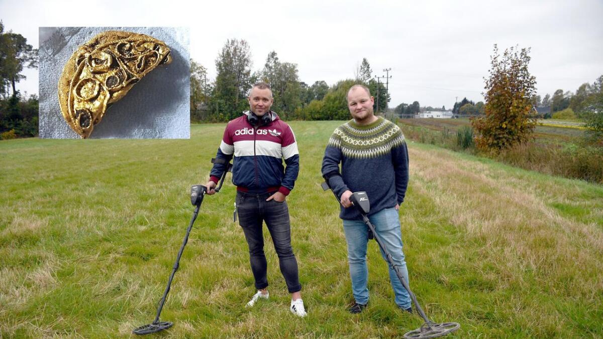 Jan Olav Pettersen og Jan Oddvar Fossnes synes det er spennende å drive med metallsøk. Innfelt i bildet ser vi gullmedaljongen Pettersen fant fra vikingtiden. Bildet er for å illustrere hobbyen, og de har ikke gjort metallsøk på dette jordet.