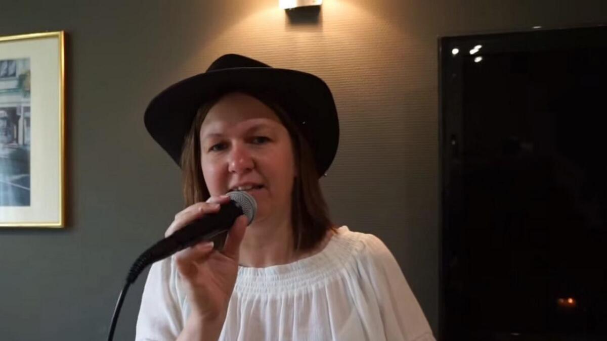 Lærar, butikksjef, pensjonatvert og artist, Monica Skjelanger Reknes, i aksjon på videoen.