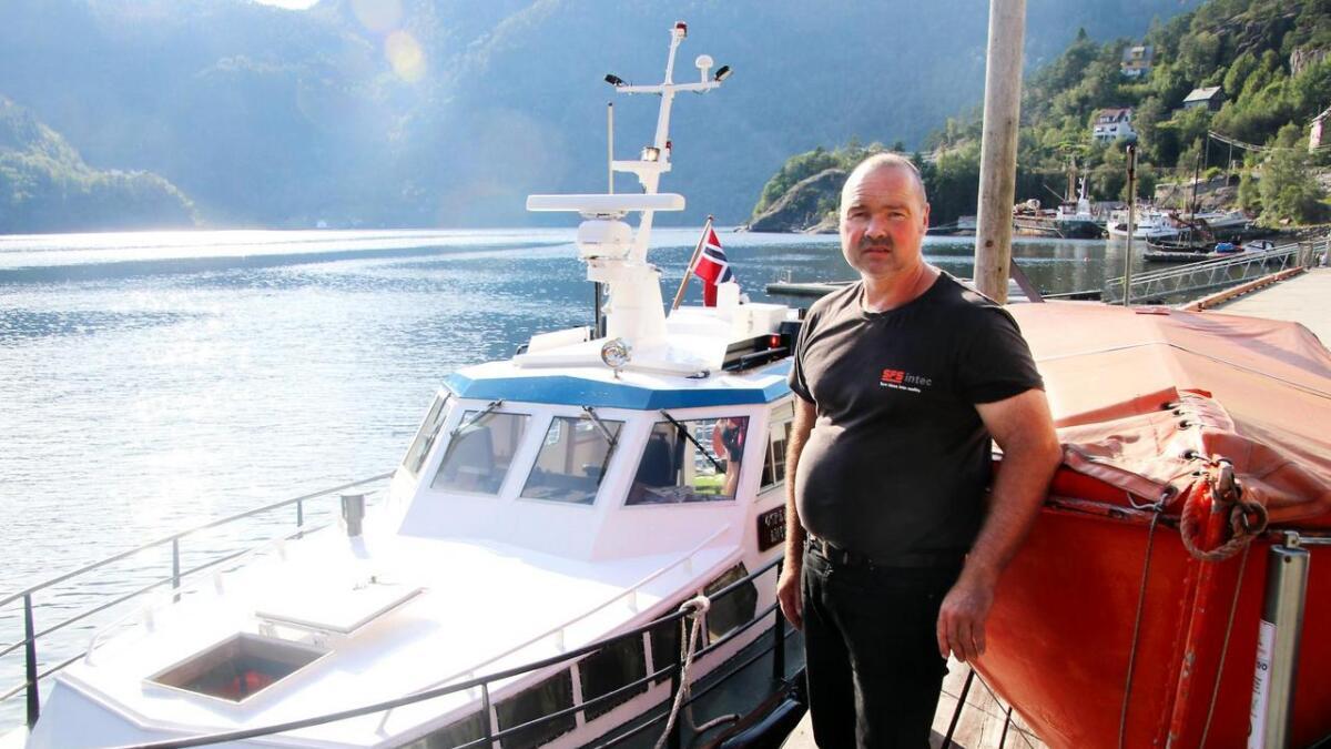 Båtførar Tore Heimvik i samarbeid   med Osterøy ferjeselskap, skal driva rutetrafikk i indre Osterfjorden i minst fem år til.