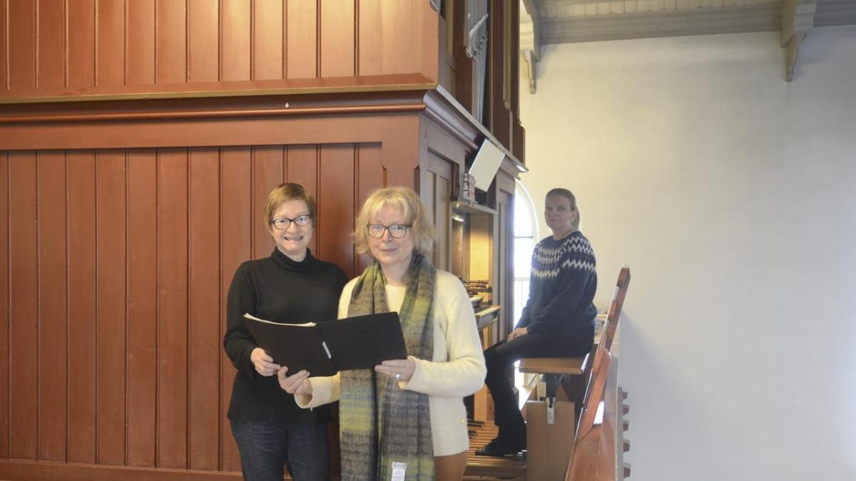 Lørdag inviterer kantor Tone Åsheim Henriksen (bak) til Orgelmatinée i Årnes kirke sammen med trio Canzone, bestående av Kari Kirkenær (t.v.), Unn Eva Østvang Abert og Beathe Stave Samseth (ikke til stede).