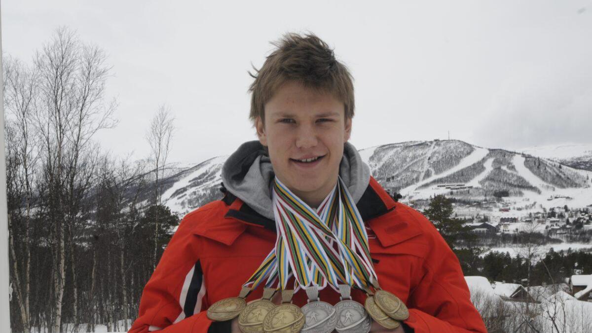Vetle Sjåstad Christiansen med sju av juniormedaljane frå internasjonale meisterskap.