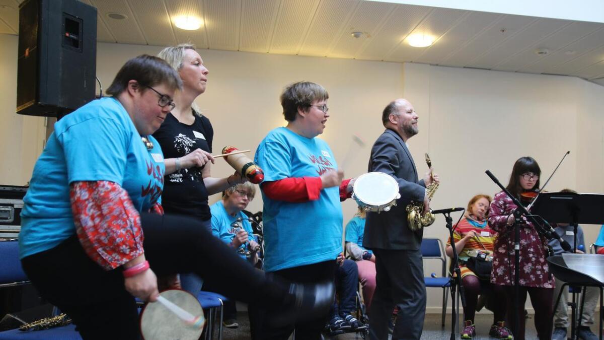 Elin Tveito, Solfrid Himle, Beate Hansen og Rolf-Erik Nystrøm finn rytmen, medan Amina Al Mimi spelar fiolin.