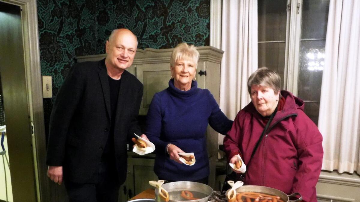 Gerda Øias døtre Solveig Urban (t.v.) og Arnhild Øya sammen med Vidar Aas som skrev historien.