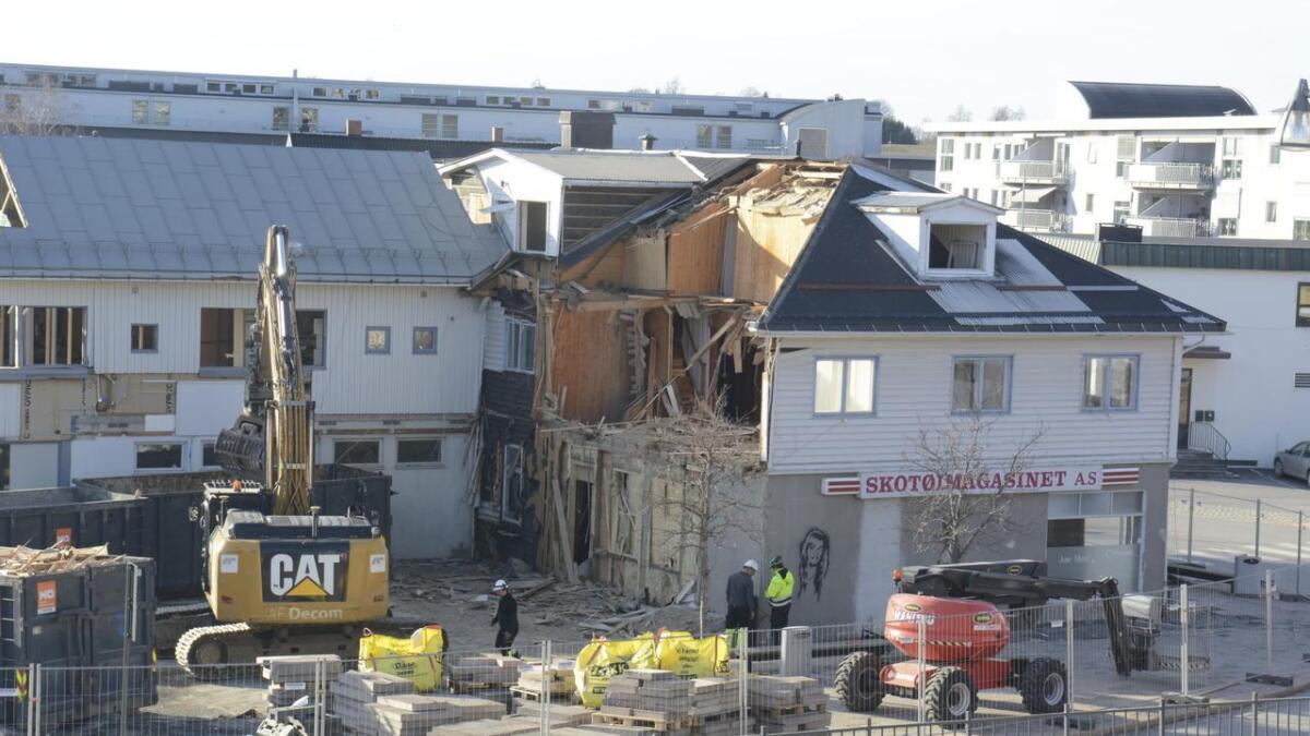 Bygget der Skotøimagasinet holdt til i Årnes sentrum rives nå.
