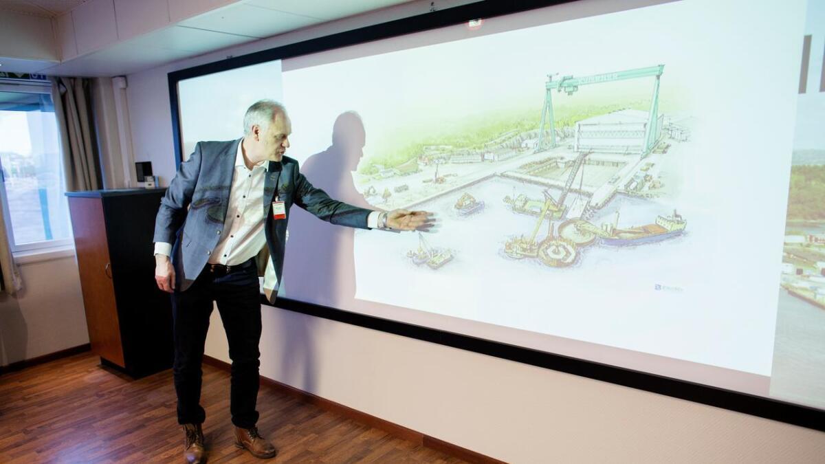 Her viser Per Ivar Birkeland korleis prosessen med å byggja den nye kaien til Kværner skal gå føre seg. Jan Flesjå har laga illustrasjonen.