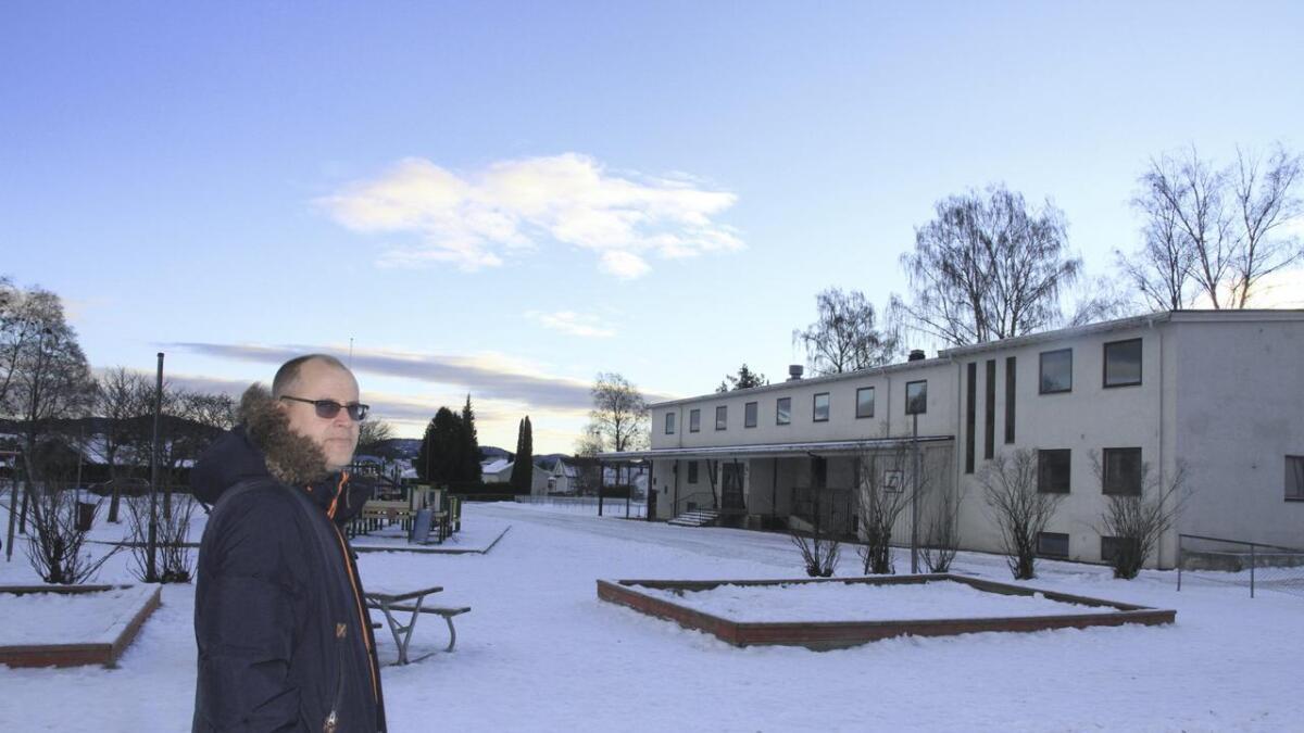 Det gamle bygget som har stått tomt siden 2013 rives i januar. Rektor Tord Auensen er glad for å bli kvitt det. Det er sikkert noen naboer også.