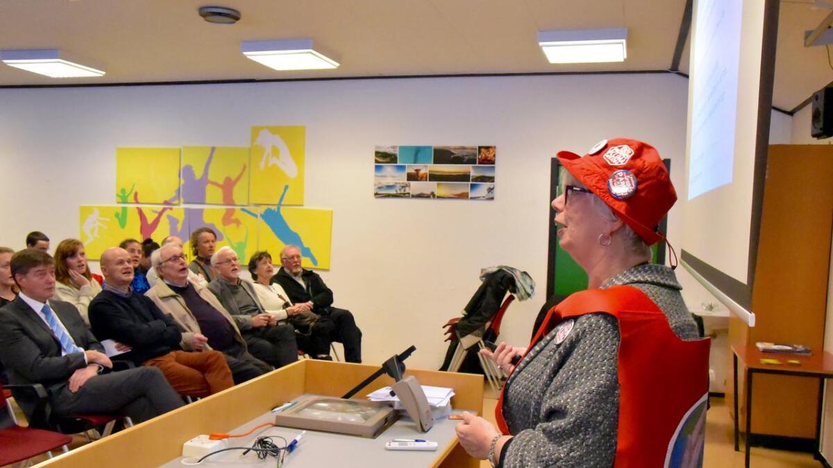 Klimabestemor Thelma Kraft frå Bergen, engasjerte forsamlinga med sitt foredrag under klimafestivalprogrammet   på Bømlo folkehøgskule, fredag ettermiddag. Alle