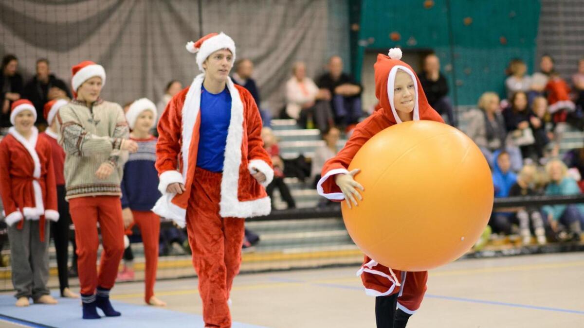 Stord IL turngruppa si juleoppvising på Vikahaugane 4. desember 2016. Joar Brandsdal Steen (t.h) og Magnus Mugaas Hegland i full sprang med nissekostyma på.