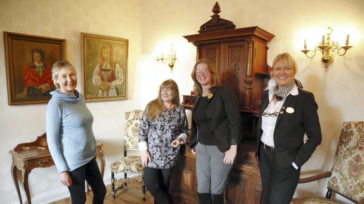 Fire som har felles interesse for meir vekt på kunst og kultur i reiselivet, frå venstre May Britt Øydvin og Lise Nilsen i kunstvandring på Voss, saman med Brynhild Steine og Alette Hjelmeland på Fleischer's hotel.
