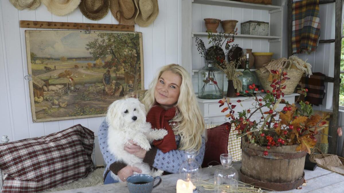Vibeke Sæther Svenningsen (46) sammen med hunden Maja inne i hagestua. Her         bruker hun mye tid på kreative prosjekter. Vibeke har 150.000 følgere på Instagram kontoen sin.