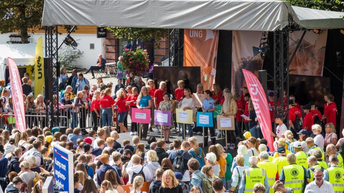 Elever ved Rykene og Asdal skoler, politikere og Kripos deltok i samtale om nettvett. Mange barn og unge møtte opp ved scenen på Torvet.
