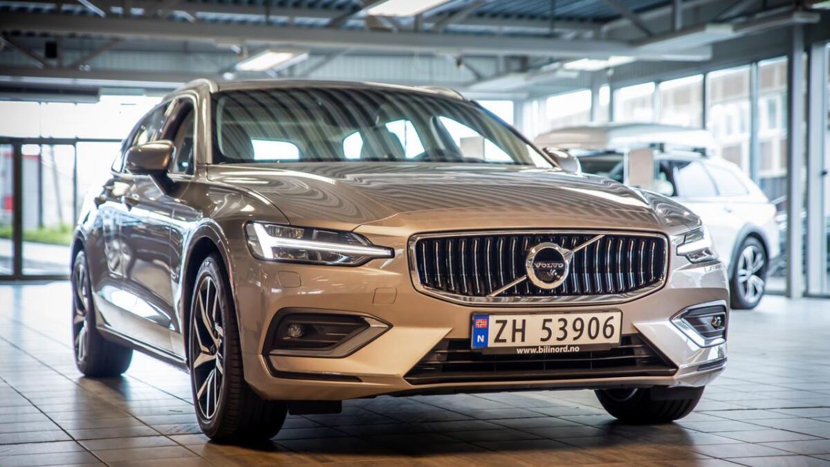 Nye Volvo V60 gjør det godt allerede, bare få uker etter at de første modellene ankom showroom i Tromsø. Selv om mange venter på hybridutgaven som er bestilt, ruller det mange modeller med tradisjonelt drivverk ut gjennom portene hos Bil i Nord Tromsø, forteller selger Aksel Andreassen.