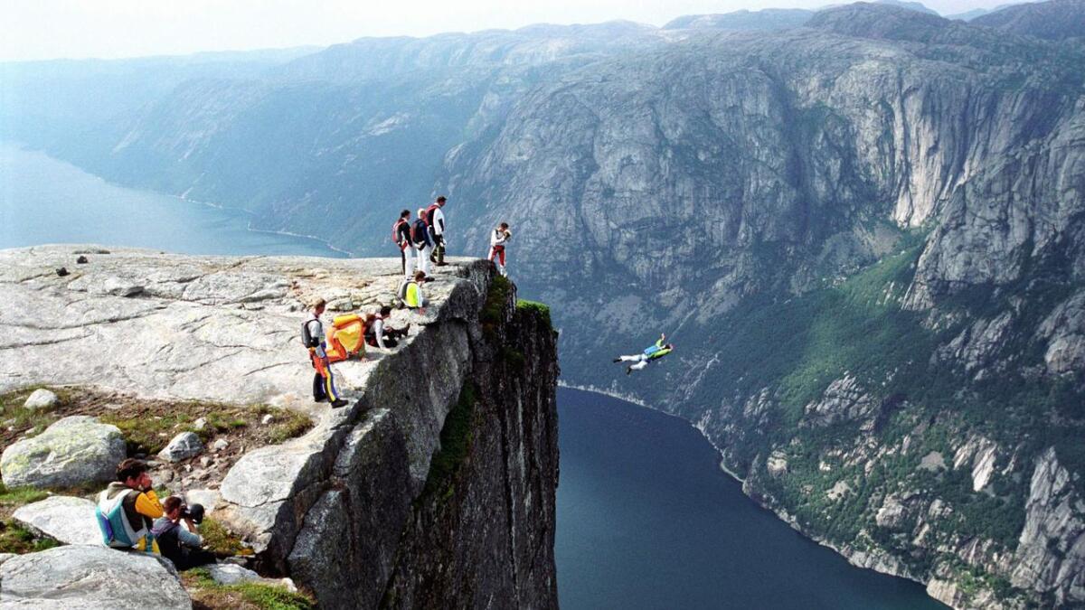 I Lysebotn i Rogaland, her representert ved fallskjermhoppere i Kjerag, var det varmest i Norge onsdag.