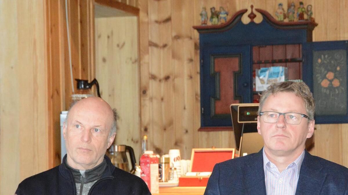 Fyresdal-ordførar Erik Skjervagen (t.v.) meiner dagleg leiar i TUF, Terje Bakka, var illojal i utspelet om å seie opp 8-kommunarsavtalen. Til høgre, Vinje-ordførar Jon Rikard Kleven.