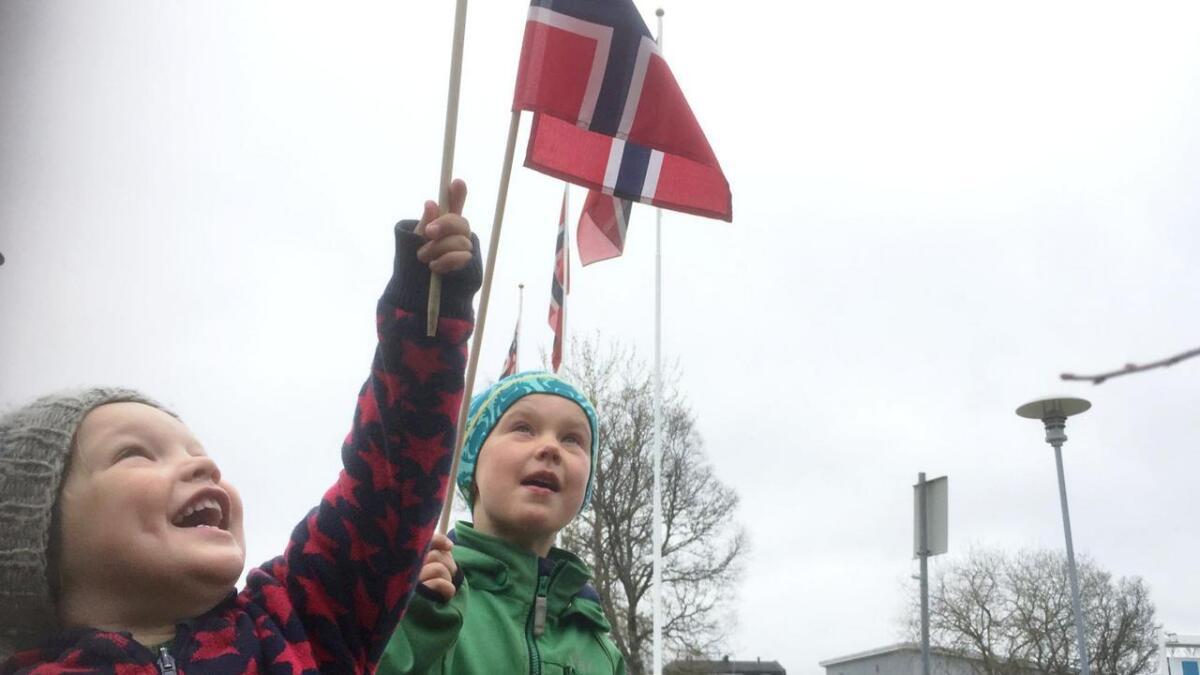 Kristoffer (3) og Nikolai (5) er veldig klare for 17. mai på Stokmarknes.