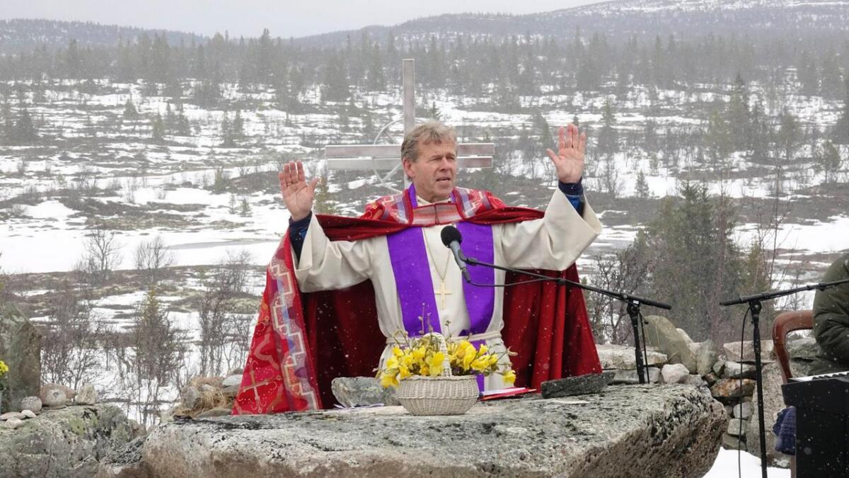 Biskop Per Arne Dahl er den tredje og hittil siste av dei biskopane som har halde gudsteneste i naturkatedralen. Dette er frå påskemessa i 2017.