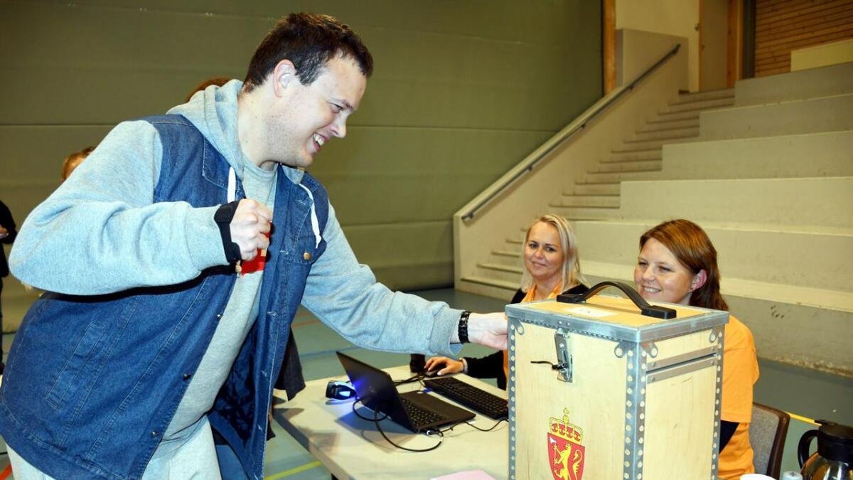 Torunn Eppeland Hansen og Helle Frigstad Foldøy tok imot stemmesedlene fra Jens Magne Sørsvann.