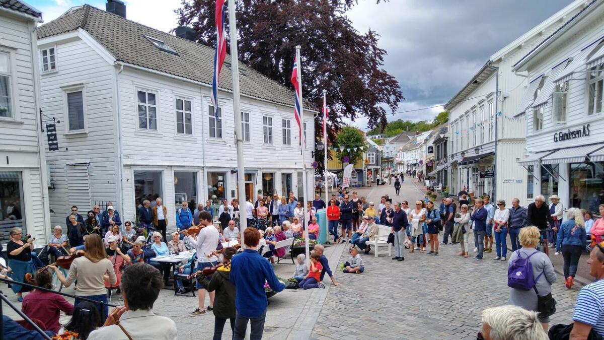 Denne delen av Storgaten er i sommer bilfri, slik at man for eksempel kan ha små konserter her.begge