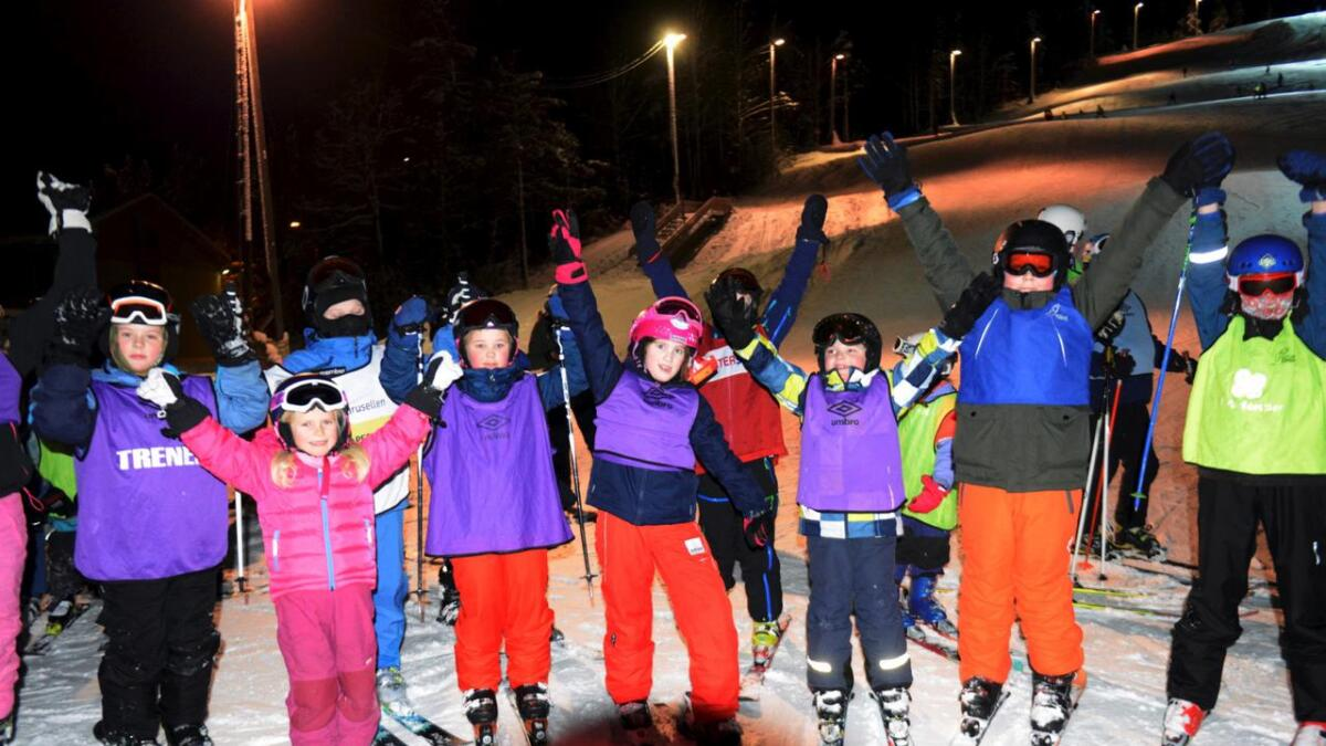 Et knippe av de rundt 100 barna som stilte opp på slalåmklubbens første trening på Vegårshei Ski- og Aktivitetssenter torsdag. Rundt 30 av dem var nybegynnere på skiskolen. Jenta med rosa hjelm midt i bildet er Sofia Juklerød McCormack (10).