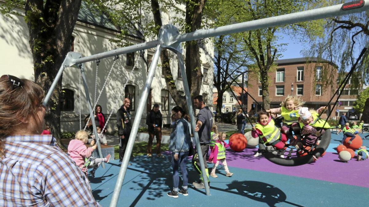 Onsdag åpnet den nye lekeplassen i Rådhusparken i Porsgrunn. På bildet, f.v. Janne, Marie og Thale fra Vallermyrene barnehage tester en av huskene med hjelp av barne- og ungdomsarbeider Torild Tjønnås.