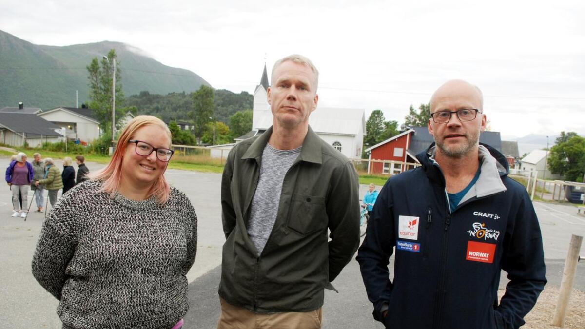 Kamilla Fossem fra Rødt (f.v.), Christian Torset fra SV og Daniel Lagesen fra Sp var til stede for å lytte. – Det er sagt mye om «kvalitet i skolen«, men det handler like mye om livskvalitet. Og uten en god skolehverdag og et lokalsamfunn som fungerer blir ikke livskvaliteten så god, sier Torset.